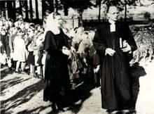 Schwester mit Pfarrer